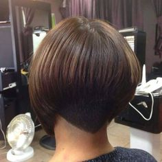 """It can not be repeated enough, bob is one of the most versatile looks ever. We wear with style the French """"bob"""", a classic that gives your appearance a little je-ne-sais-quoi. Here is """"bob"""" Despite its unpretentious… Continue Reading → Graduated Bob Haircuts, Asymmetrical Bob Haircuts, Choppy Bob Hairstyles, Short Bob Haircuts, Modern Haircuts, Layered Haircuts, Straight Hairstyles, Bobbed Haircuts, Shaved Nape"""