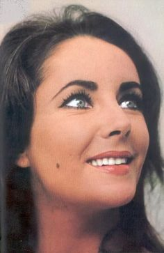 Elizabeth Taylor - Great photo, you can really see the color of her beautiful eyes. Edward Wilding, Virginia Woolf, Marilyn Monroe, Miss Elizabeth, Elizabeth Taylor Eyes, Queen Elizabeth, Violet Eyes, Glamour, Classic Beauty