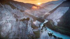 Vor 10'000 Jahren donnerten ebenso viele Millionen Kubikmeter Felsen ins Tal – der Flimser Bergsturz. So entstand die Ruinaulta, die canyonartige Schlucht im Vorderrheintal. Sie ist zu Fuss, über das Wasser, mit der Bahn oder mit dem Fahrrad erreichbar. Grand Canyon, Switzerland Tour, Grand Tour, Hotel Spa, Sunrise, Hiking, Europe, Tours, Lakes