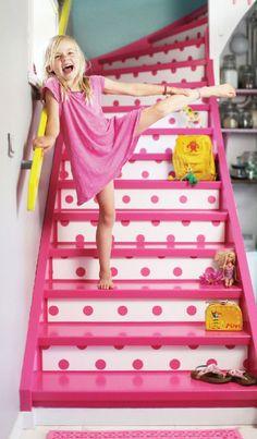 En leken trapp! En sterk rosafarge, i kombinasjon med en behagelig blå vegg (frks Duck Egg Blue FR1111), og knallgult gelender (frks Solstikk), gjør oss i godt humør!