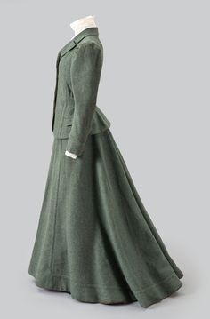 Forest Green Walking Suit - Albany Institute of History and Art 1890s Fashion, Edwardian Fashion, Fashion Line, Vintage Fashion, Steampunk Fashion, Beautiful Gowns, Beautiful Outfits, Edwardian Dress, Victorian Dresses