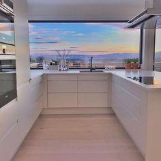 For en utsikt 😍 Flott horisont kjøkken hjemme hos 🙌🏼 Decor Interior Design, Interior Decorating, Kitchen Decor, Kitchen Design, Inspire Me Home Decor, Trondheim, Wood Table, Home Art, Decorating Your Home
