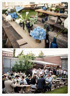hortensias azules y centros de mesa y botellas