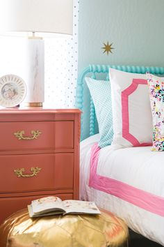 This coral, mint green and gold girls room is to die for!! Loving the Jenny Lind bed, bedding and pouf from @landofnod.