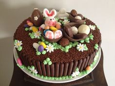 Bolo de chocolate com decoração de pasta americana para o Domingo de Páscoa.