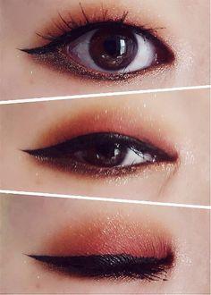 Use um tom marrom claro ou uma cor cintilante embaixo dos olhos para realmente destacá-los. | 34 dicas de maquiagem para quem não tem a dobrinha do olho marcada