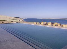 La Co(o)rniche Hotel, recentemente repaginado por Philippe Starck na praia de Pyla-sur-Mer, litoral atlântico da França.