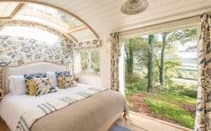 The ultimate in romantic glamping: stargaze from your bed while enjoying woodland seclusion and stunning views Tiny House Cabin, Tiny House Living, Small Space Living, Small Spaces, Devon Hotels, Glamping, Luxury Cabin, Shepherds Hut, Shabby