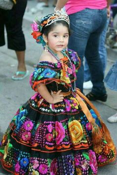 Princess in the traditional costume of Chiapas, Mexico. Best of Chiapas… Mexican Birthday, Mexican Party, Mexican Style, Mexican Heritage, Mexican Fashion, Beautiful Children, Beautiful People, Mexican Dresses, Mexican Baby Dress