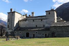 Castello di Issogne - Val d'Aosta | Il castello di Issogne è uno dei più famosi castelli della Valle d'Aosta. È situato nel capoluogo di Issogne e appare come una dimora signorile rinascimentale. Celebri sono il suo cortile interno, con la fontana del melograno e il coloratissimo porticato, raro esempio di pittura alpina medievale, con il suo ciclo di affreschi di scene di vita quotidiana del tardo Medioevo Le lunette del porticato sono decorate con affreschi raffi...
