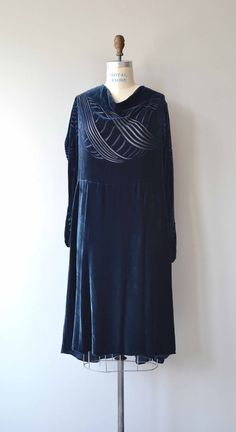 Vintage 1920s deep midnight blue silk velvet dress with devoré wave pattern on the bodice, long sleeves, classic drop waist and side snap closures. --- M E A S U R E M E N T S --- fits like: large bust: up to 41 waist: fits up to 36 hip: up to 42 length: 46 brand/maker: n/a condition: excellent to ensure a good fit, please read the sizing guide: http://www.etsy.com/shop/DearGolden/policy ✩ layaway is available for this item ✩ more vintage dresses ✩ http:...