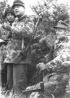 Generalleutnant Dipl. Ing. Richard Schimpf (Kommandeur 3. Fallschirmjäger Division) and possibly Major der Reserve Friedrich Alpers (right) who was by June 44 Kommandeur Fallschirmjäger Regiment 9 (3.FJD).