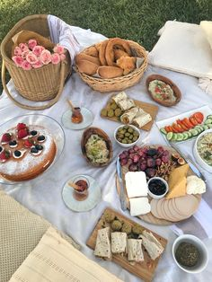 Picnic Date Food, Picnic Foods, Picnic Ideas, Picnic Theme, Picnic Birthday, Romantic Picnics, Beach Picnic, Cafe Food, School Snacks