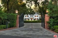 """Real Housewives"" star Kyle Richards and husband Mauricio Umansky have purchased one of the most expensive homes to come on the market in Encino. Kyle Richards New House, Hill Country Homes, New England Style, Expensive Houses, Celebrity Houses, Fence Design, House Layouts, Historic Homes, Renting A House"