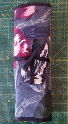 Tuto du range-pinceaux pour artistes en herbe... ou pas... avec tuto - Cthéusine aime le DIY Diy Couture Trousse, Sewing, Ikea Fabric, Paint Brushes, Sewing Projects, Dressmaking, Couture, Stitching, Sew