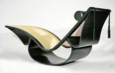 Oscar Niemeyer (1907) | Linhas sensuais marcam a linha de móveis assinados pelo arquiteto Oscar Niemeyer. É composta por 14 itens, incluindo esta Cadeira de Balanço, feita de madeira, palhinha e couro.