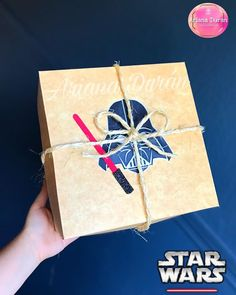 """Ariana Duran on Instagram: """"🔴⚫️Diseño sencillo con cara de DARTH VADER 🔴⚫️"""" Star Wars, Gift Wrapping, Instagram, Gifts, Darth Vader Face, Simple, Crates, Gift Wrapping Paper, Presents"""