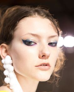 No. 21 S/S 2017. @n21_official @dellacqua @theimpression_ @tompecheux @paulhanlonhair @maccosmetics #n21 #mfw #ss17 #makeup #eyeliner #blueeyeliner #hair #beauty #backstage