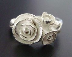 This would make a really beautiful and unique engagement ring...