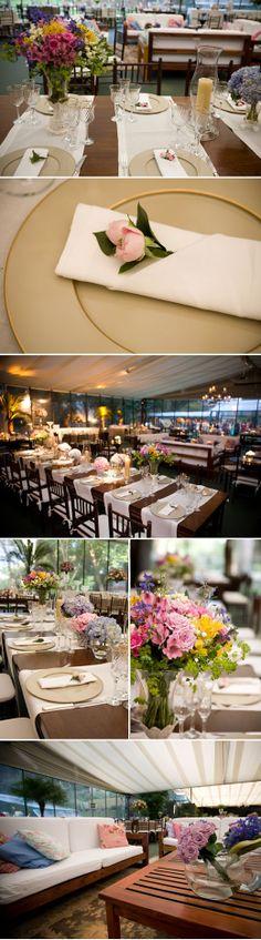 Decoração da mesa com jogo americano e flores coloridas « Casamento dos sonhos