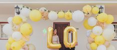 Décoration mariage jaune : arche de lampion lanterne boule papier jaune, ivoire, blanc, beige sable, ballons or LO, néon cactus #yellow #jaune #mariagejaune #yellowwedding #mariage #wedding #weddingdecor #weddingdeco #weddingdecorations #paperlantern #paperlanterns #lanterne #lantern #decomariage #decorationmariage #pompon #lampion #papier #decorationpapier #arche #grappe #lampions #paperball #paperballs #cactus #neon #letterballoon #balloon #ballon #gold