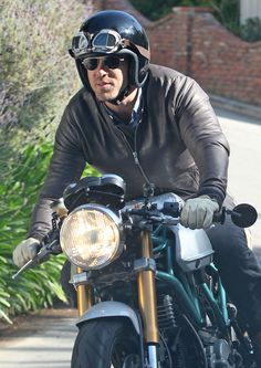 Ryan Reynolds Photo - Ryan Reynolds Cruising On His Motorcycle