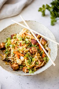 Ever had an vegan egg roll in a bowl? Now's your chance to try a crunchy tofu filled bowl that isn't just rice or salad! Vegetarian Egg Rolls, Healthy Egg Rolls, Vegan Egg Rolls, Egg Roll Recipes, Tofu Recipes, Vegetarian Recipes, Protein Recipes, Detox Recipes, Recipies