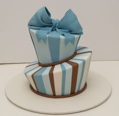 THIS CAKE DECORATOR IS SO NEAT AND PERFECT LOVE HER WORK FROM CAKESBYEVE.COM.AU