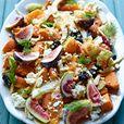 Salade van zoete aardappel, venkel, vijgen, zwarte olijven, feta, sinaasappel en dille