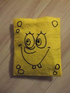 van schoonmaakdoekjes zakjes genaaid, gevuld met chips, gezicht er op getekend met dikke stift.