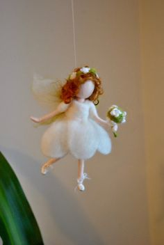 Needle Felted Fairy Girls Room Ornament wool doll miniature : White fairy with flower wand – Guirlanda de Flores Wool Dolls, Felt Dolls, Diy Arts And Crafts, Felt Crafts, Needle Felted Animals, Needle Felting, Natal Design, Felt Christmas, Christmas Crafts