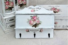 Letter box  & key hanger painted white with pink roses ~ Porta chaves rosa vintage