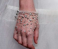 Guantes de tul y cristales+ Fashion Mode, Fashion Outfits, Mens Fashion, Fashion Tips, Bridal Accessories, Fashion Accessories, Gloves Fashion, Ideas Joyería, Wedding Gloves