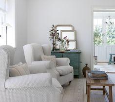 Stuen er indrettet med masser af nostalgi, vintagefund og bløde lænestole. De tre spejle på kommoden skaber en feminin og eventyr stemning.