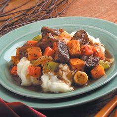 Πεντανόστιμο μοσχαράκι που λιώνει στο στόμα, με λαχανικά και υπέροχη κρασάτη σάλτσα. Μια συνταγή για ένα υπέροχο πιάτο για να το απολαύσετε στο οικογενεια