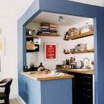 kleine keuken, deze komt zo eeg goed tot zijn recht,  leuk die 'enclosure', een keuken in een doosje
