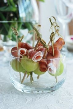 Prosciutto and Melon Skewers. Thread 1 melon ball and 1 prosciutto slice, onto 4 inch wooden skewers. Snacks Für Party, Appetizers For Party, Appetizer Recipes, Snacks Recipes, Healthy Recipes, Aperitivos Finger Food, Prosciutto Crudo, Prosciutto Appetizer, Melon And Proscuitto