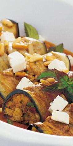 Auberginenröllchen mit Tomatensoße - mit Feta und Pinienkernen garniert, erreichst du eine ganz besondere Note. Überzeuge dich selbst!