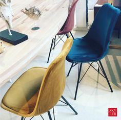 We love velvet ❤️ Deze stoelen zijn maar € 79 staan toch geweldig aan de eettafel! www.skylerstore.nl #eetkamerstoelen #velvet #skylerstore #interiordesign