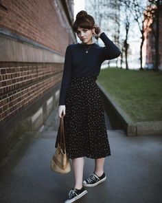 Midi skirt with sneakers: 9 unmissable ways to invest in this duo - Guita Moda - Every self-respecting fashion girl knows that certain combinations are so wild that they can be rep - Modest Outfits, Skirt Outfits, Modest Fashion, Fall Outfits, Casual Outfits, Fashion Outfits, Womens Fashion, Fashion Trends, Fashion Tips