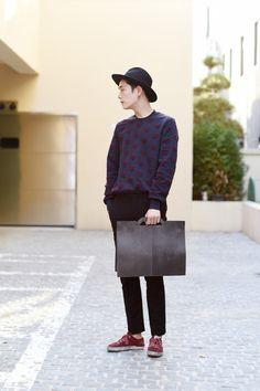 Classy urban look - hat, sweater and handbag (street style)