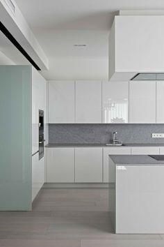 cocina contemporanea con muebles blancos