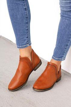 Women shoes Sneakers Fila - Women shoes With Jeans Winter - - Vans Sneakers, Sneakers Fashion, Fashion Shoes, Sneakers Women, Cute Womens Shoes, Womens Shoes Wedges, Casual Leather Shoes, Casual Shoes, Shoes 2018