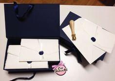 Elegantissime partecipazioni di nozze in carta d'Amalfi bianca e ceralacca blu per i nostri sposi Gustavo&Marialuisa