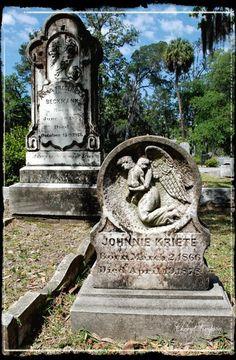 Bonaventure Cemetery, Savannah, Georgia I've been here. Beautiful and a little spooky. Cemetery Monuments, Cemetery Statues, Cemetery Headstones, Old Cemeteries, Cemetery Art, Angel Statues, Graveyards, Visit Savannah, Savannah Chat