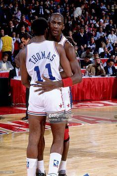 Michael Jordan and Isiah Thomas of the Eastern Conference hug during the 1988 NBA All-Star Game on February 1988 at the Chicago Stadium in Chicago, Illinois. Obtenha fotografias de notícias premium e de alta resolução na Getty Images Michael Jordan Unc, Jeffrey Jordan, Jordan 23, Nba Players, Basketball Players, Pickup Basketball, Basketball Jones, Nba Kings, All Stars