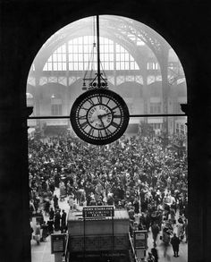 A Christmas crowd at Pennsylvania Station NYC Dec. 25 1942 x New York Times, Ny Times, Facts About People, Chicago School, New York Police, Federal Bureau, The Time Machine, Historical Photos, Crowd