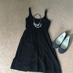 H&M casual basic black dress with breast pocket H&M dress with front chest pocket, Gently used and 100% cotton. Fabric is not faded, looks 👍🏻! H&M Dresses Midi