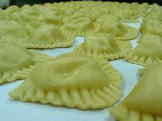 I ravioli, pasta fresca con ripieno di ricotta, sono tipici di carnevale. Ottimi conditi con ragù di carne o con burro e tartufo. Foto di Giulia Scappaticcio