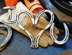"i think darcy would love this for her room!!! i wonder is uncle Stevie could do it "" I love you"" Horse shoes"